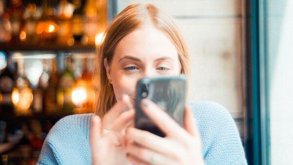 Una chica con el teléfono - Sputnik Mundo