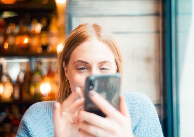 Una chica con el teléfono