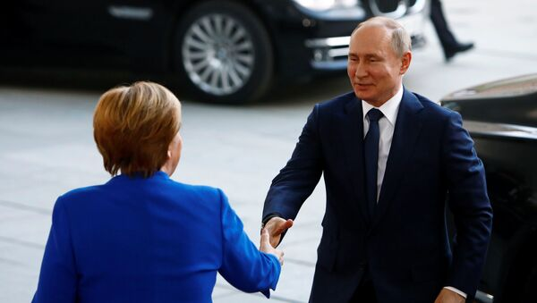 La canciller alemana, Angela Merkel, y el presidente de Rusia, Vladímir Putin, en Berlín - Sputnik Mundo