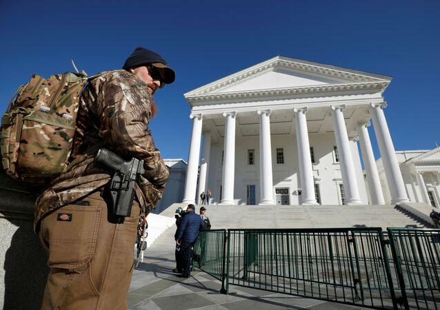 Un activista a favor de las armas lleva su pistola a las afueras del Capitolio del Estado de Virginia