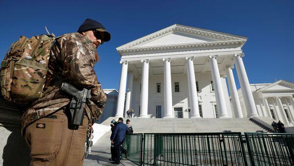 Un activista a favor de las armas lleva su pistola a las afueras del Capitolio del Estado de Virginia  - Sputnik Mundo