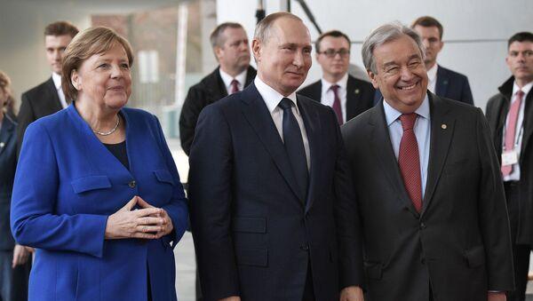 De izquierda a derecha: la canciller alemana, Angela Merkel, el presidente ruso, Vladímir Putin y el secretario general de la ONU, António Gutteres - Sputnik Mundo