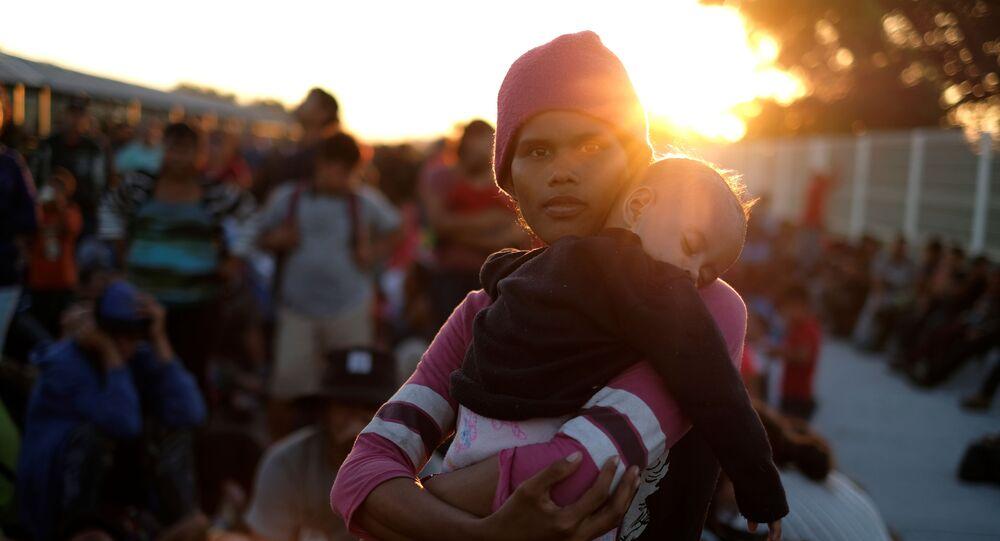 La caravana de migrantes en la frontera entre Guatemala y México