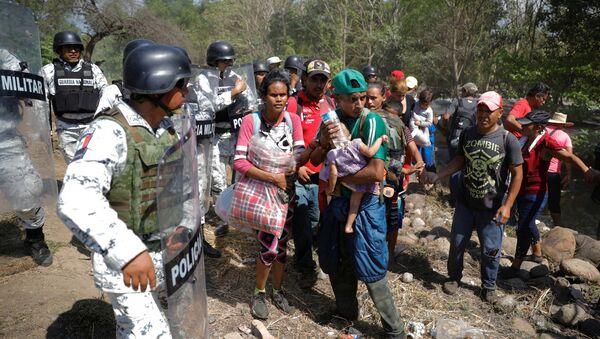 Caravana de migrantes en la frontera de México - Sputnik Mundo