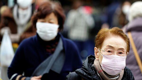 Peatones usan máscaras contra enfermedades y pandemias en China (archivo) - Sputnik Mundo