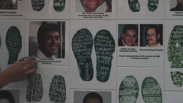 Familias de víctimas de desaparición forzada en México colocan un memorial frente a la Fiscalía - Sputnik Mundo