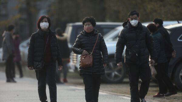 La gente usa máscaras contra enfermedades y pandemias en China - Sputnik Mundo