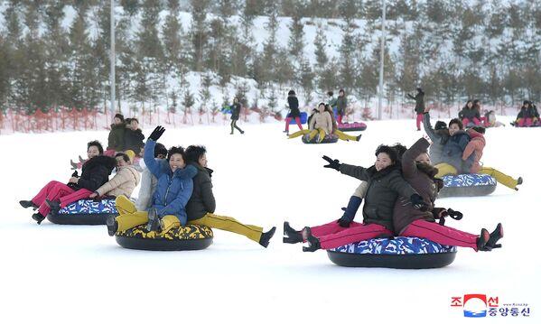 Aguas termales y pistas de esquí: Kim Jong-un inaugura un nuevo balneario  - Sputnik Mundo