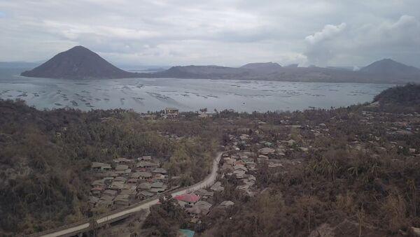 Un dron graba las cenizas que dejó la erupción del volcán Taal - Sputnik Mundo