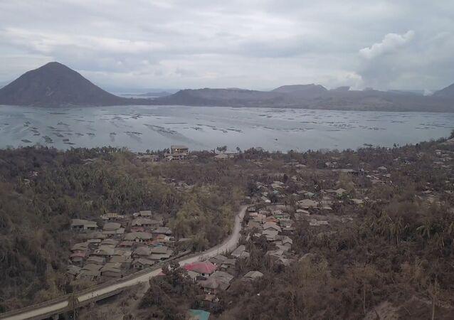 Un dron graba las cenizas que dejó la erupción del volcán Taal