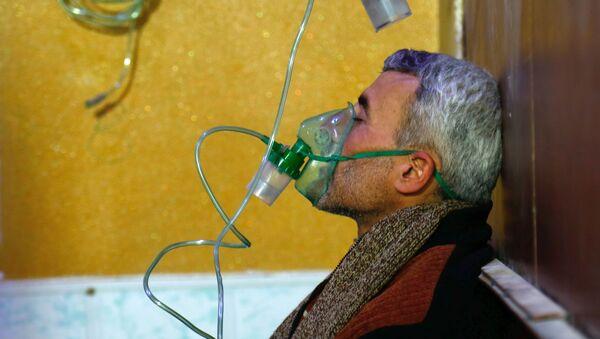 Un hombre con una máscara de gas en Duma, foto de archivo - Sputnik Mundo