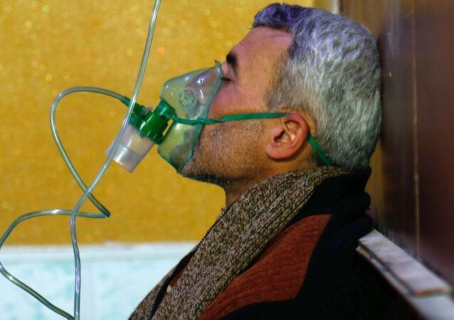 Un hombre con una máscara de gas en Duma, foto de archivo