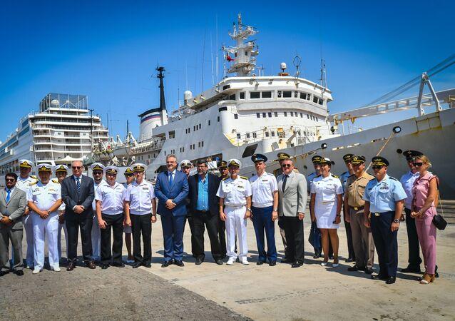 El personal del buque Almirante Vladimirski en Montevideo