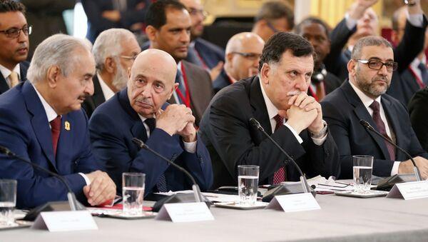 El comandante del Ejército Nacional Libio, Jalifa Haftar, y el primer ministro del Gobierno de Unidad Nacional de Libia, Fayez Sarraj - Sputnik Mundo