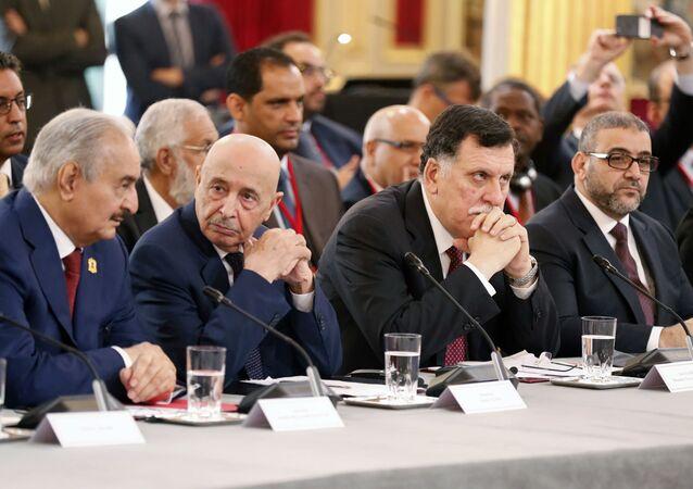 El comandante del Ejército Nacional Libio, Jalifa Haftar, y el primer ministro del Gobierno de Unidad Nacional de Libia, Fayez Sarraj