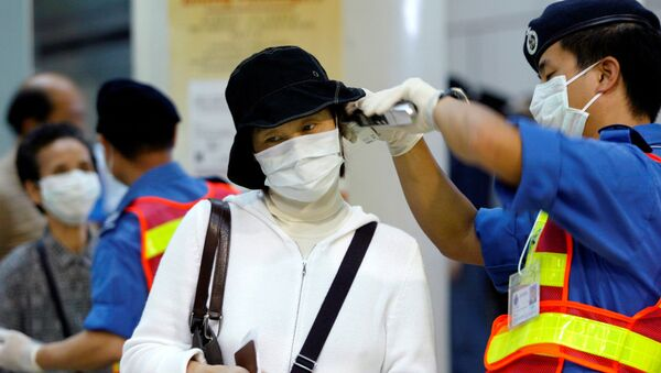 Una mujer china con máscara a causa del coronavirus en Hong Kong - Sputnik Mundo