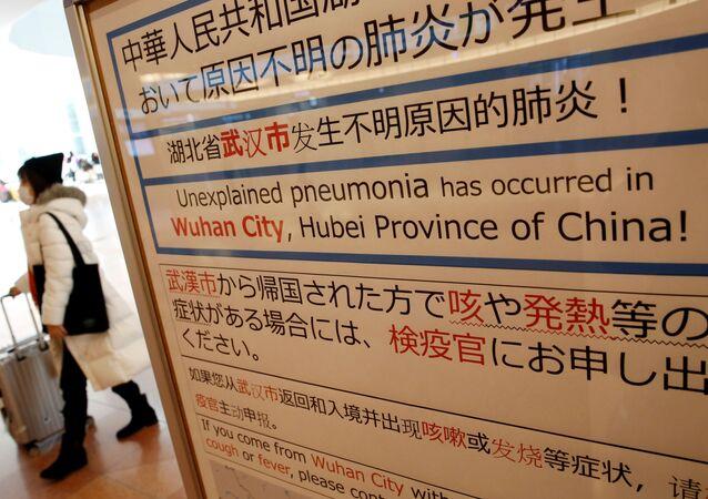 Una mujer china con mascarilla a causa del nuevo coronavirus registrado en China