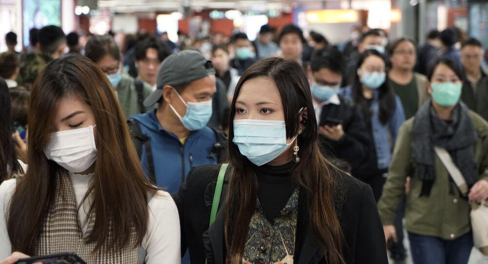 Los chinos llevan máscaras para no contagiarse