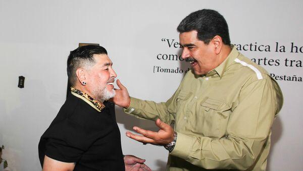 El ícono del fútbol latinoamericano, exfutbolista argentino Diego Armando Maradona y el presidente de Venezuela, Nicolás Maduro - Sputnik Mundo