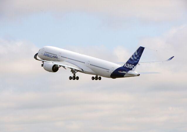 Un avión de Airbus despegando (imagen referencial)