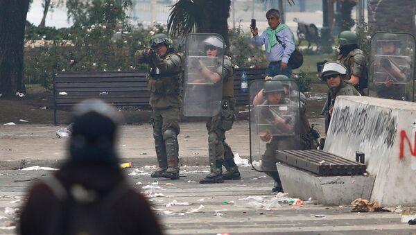 Carabineros armados y con escudos enfrentan a manifestantes - Sputnik Mundo