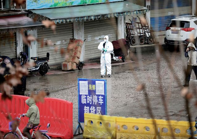Un empleado vestido con un traje protector en Wuhan, China