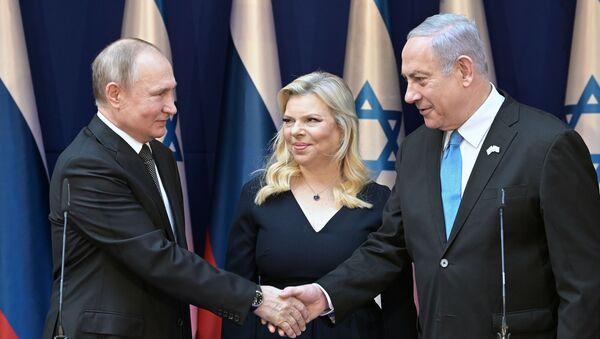 El presidente ruso, Vladímir Putin, el primer ministro de Israel, Benjamín Netanyahu, y su esposa Sara Netanyahu - Sputnik Mundo