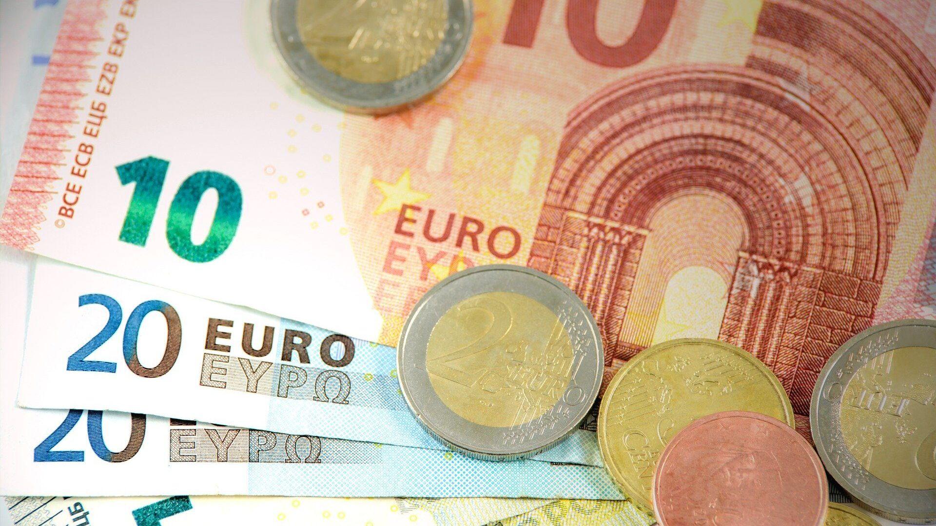 Billetes y monedas de euro (imagen referencial) - Sputnik Mundo, 1920, 04.03.2021