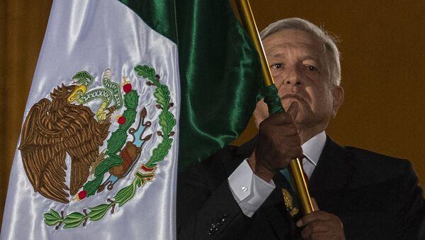 El presidente de México, Andrés Manuel López Obrador, con la bandera de su país - Sputnik Mundo