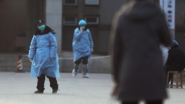 Personal de seguridad en Wuhan, China - Sputnik Mundo