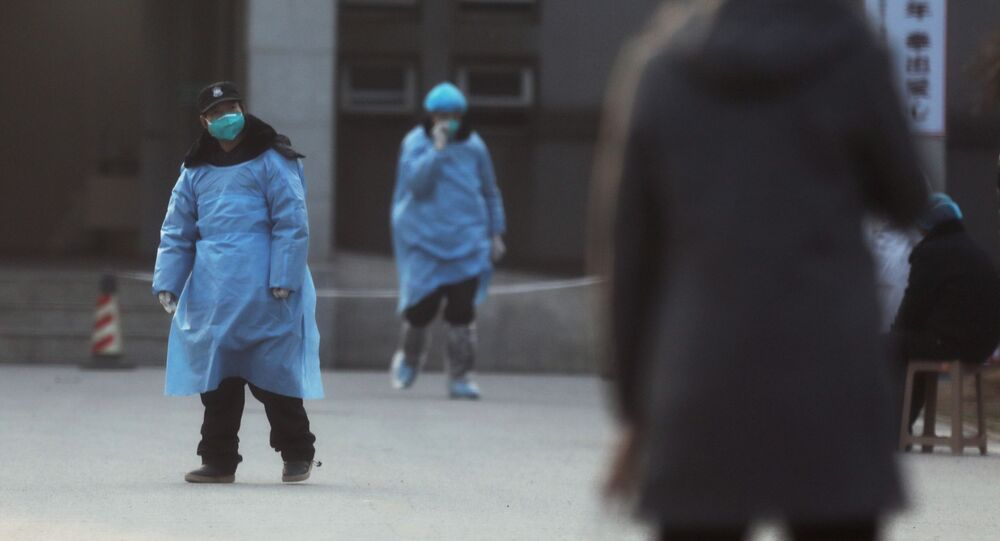 Personal de seguridad en Wuhan, China