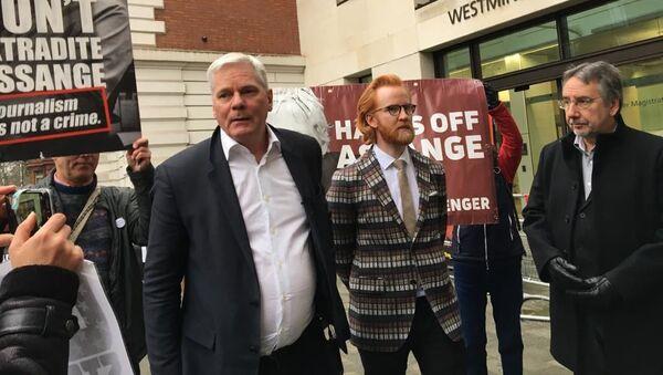 Kristinn Hrafnsson y Joseph Farrell a la salida de la vista de extradición de Julian Assange - Sputnik Mundo
