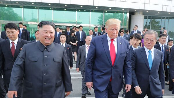 El presidente de Corea del Sur, Moon Jae-in, junto al presidente estadounidense, Donald Trump, y al líder de Corea del Norte, Kim Jong-un - Sputnik Mundo