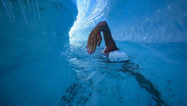 Lewis Pugh, nadador británico, nada bajo una capa de hielo antártico - Sputnik Mundo