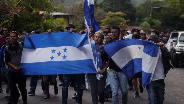 Migrantes hondureños en una caravana - Sputnik Mundo