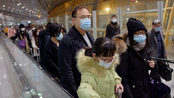 Personas en el Aeropuerto Internacional de Pekín, China - Sputnik Mundo