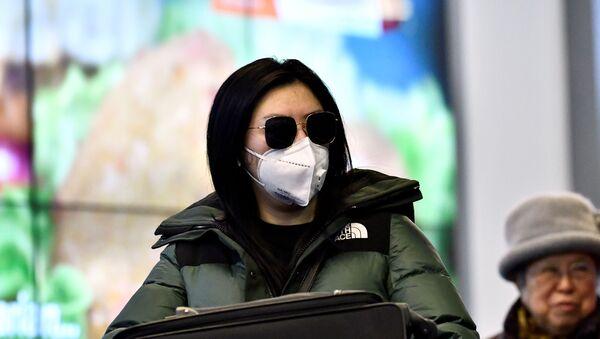 Viajeros con mascarillas un aeropuerto - Sputnik Mundo