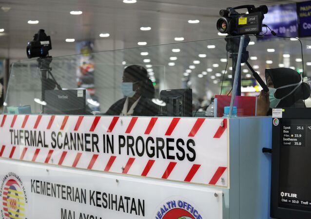 Control de pasajeros para detectar infectados con coronavirus en el aeropuerto de Kuala Lumpur, Malasia