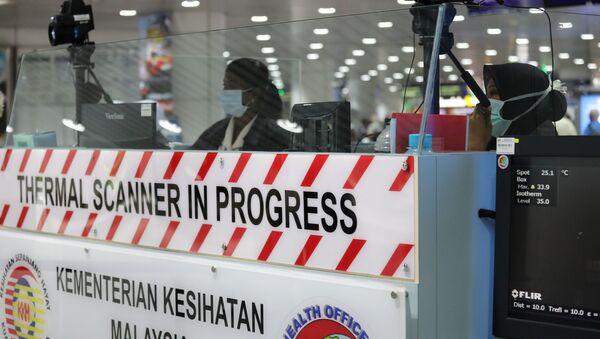 Control de pasajeros para detectar infectados con coronavirus en el aeropuerto de Kuala Lumpur, Malasia - Sputnik Mundo