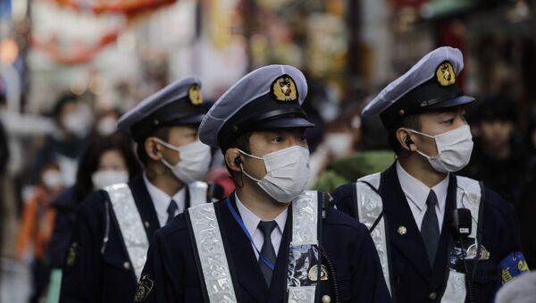 Policías japoneses con mascarillas - Sputnik Mundo
