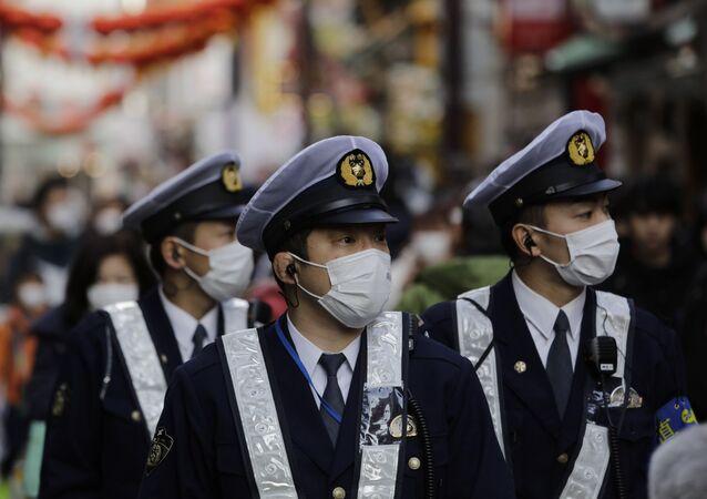 Policías japoneses con mascarillas