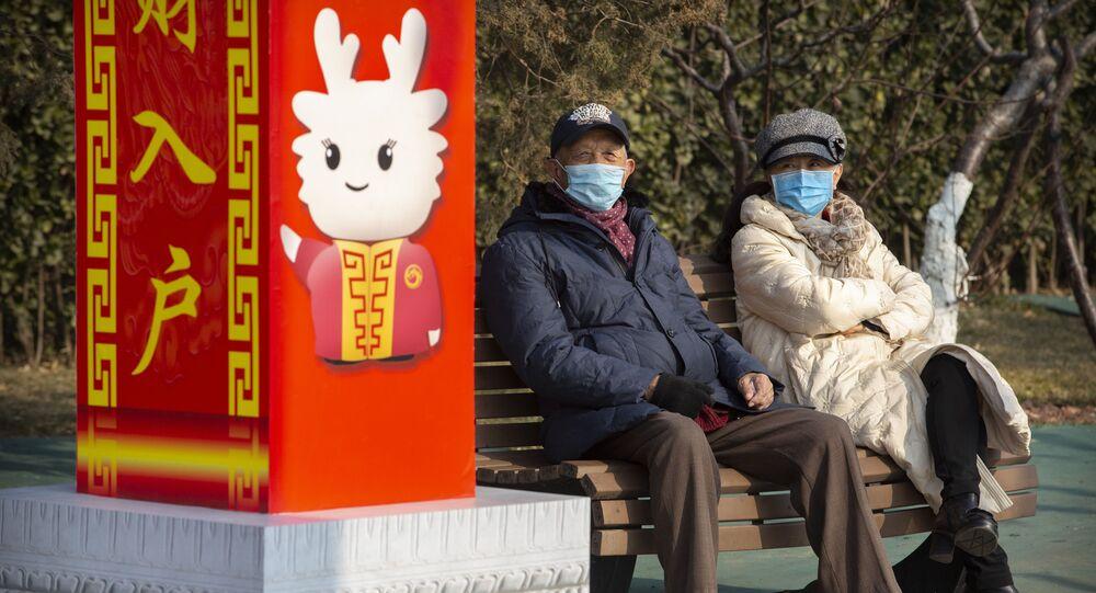 Personas con mascarillas en un parque de Pekín, China
