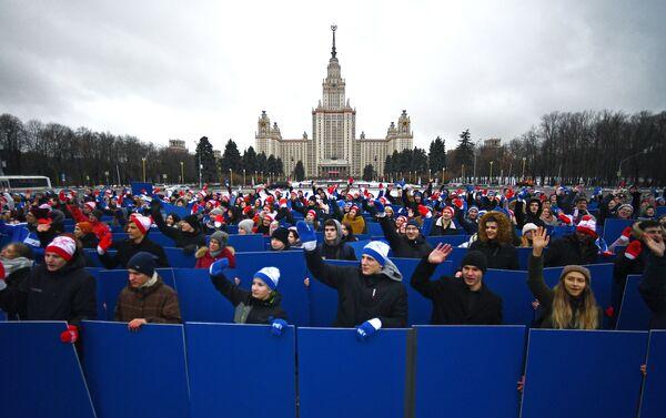 Estudiantes participan de un 'flash mob' delante de la Universidad Estatal de Moscú con motivo del Día de Tatiana - Sputnik Mundo