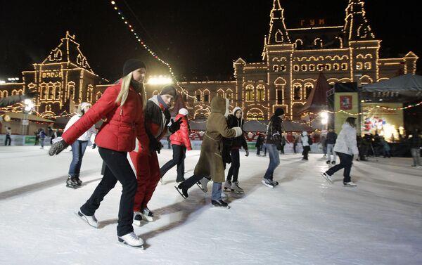 Estudiantes de las universidades de Moscú patinan en una pista en la Plaza Roja el Día del Universitario - Sputnik Mundo
