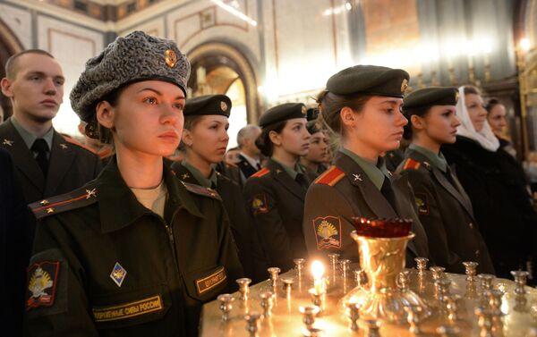 Alumnos de la Universidad Militar del Ministerio de Defensa de Rusia asisten a una misa en la Catedral de Cristo Salvador, en Moscú, el Día de los Estudiantes - Sputnik Mundo