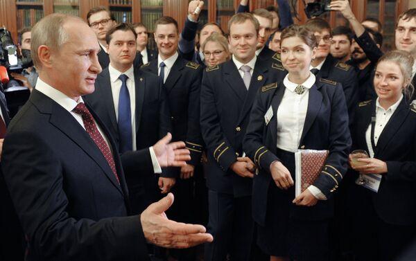 El presidente ruso, Vladímir Putin, se reúne con estudiantes de la Universidad Nacional de Recursos Minerales Gorni en San Petersburgo - Sputnik Mundo
