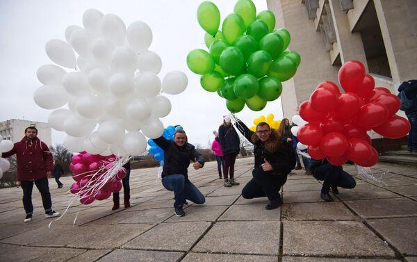 Estudiantes posan con globos el Día del Universitario - Sputnik Mundo