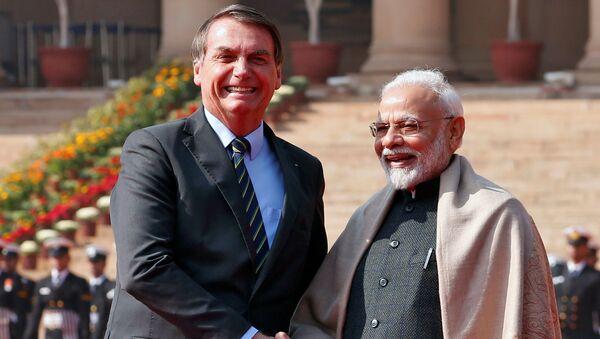 El presidente de Brasil, Jair Bolsonaro, saluda al primer ministro de la India, Narendra Modi, durante una visita al país asiático  - Sputnik Mundo