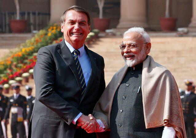 El presidente de Brasil, Jair Bolsonaro, saluda al primer ministro de India, Narendra Modi, durante una visita al país asiático
