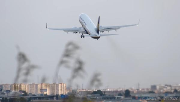 La terrible experiencia que han vivido los pasajeros de un vuelo de Ryanair en Valencia  - Sputnik Mundo